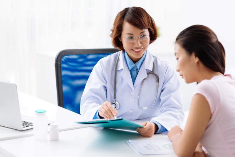Sau khi phát hiện ra những triệu chứng viêm âm đạo thì bạn nên gặp bác sĩ ngay