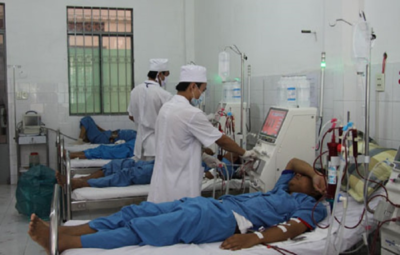 Bác sĩ ân cần, tận tình chăm sóc bệnh nhân