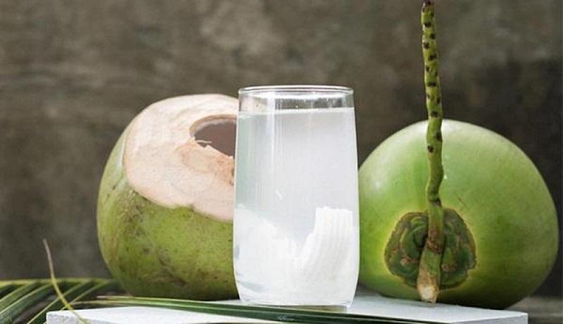 uống nước dừa buổi tối